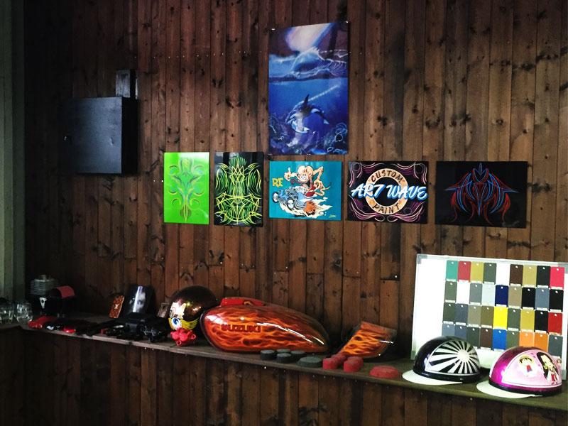 作品、色見本、仕上がりイメージなどの参考用展示スペース。